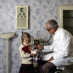 1980 : Dolly Doc, Hjemmet. A girl brings her doll in for a checkup.